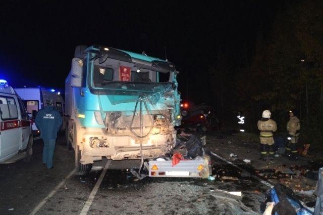 Водитель грузовика превысил скорость и не справился с управлением.