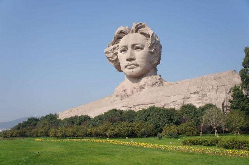 Памятник молодому Мао.