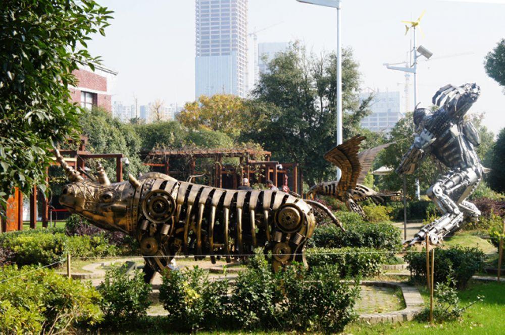На Мандариновом острове – современная авангардная выставка героев и животных фантастических фильмов из металла.