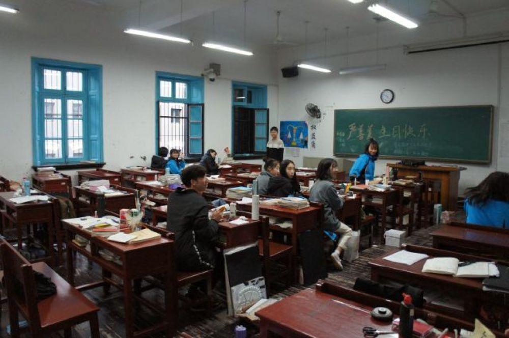 Школа Мао. Теперь это педучилище, готовит по госзаказу учителей для сельских школ. Воскресенье, 25 ноября, 17 часов - ждут занятий.
