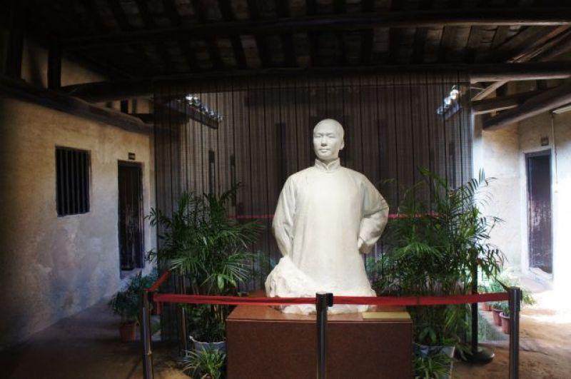 Памятник Мао в доме, где он родился.
