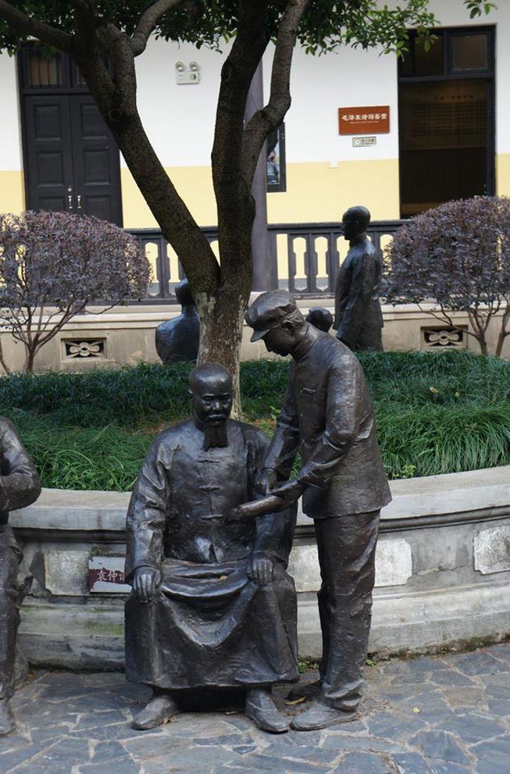 В скверике около школы Мао - скульптурные картинки из жизни «великого кормчего». На этой он показывает свои стихи учителю.