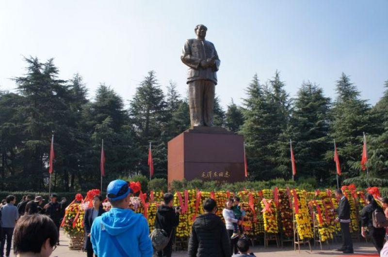 Памятник Мао Цзэдуну в Шаошани.
