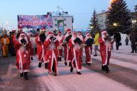 Вот уже несколько лет на главной площади города собирается самое большое количество Дедов Морозов в Тюменской области.