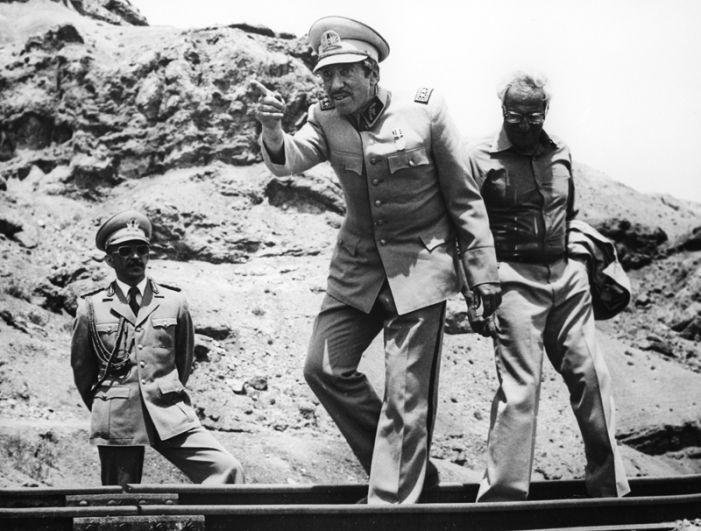 Кадр из фильма «Падение кондора». Сергей Юрский в роли диктатора (в центре). 1982 год.
