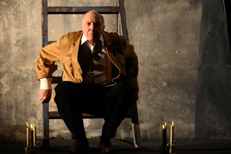 Актер и режиссер Сергей Юрский в сцене из спектакля «Полеты с ангелом. Шагал» в театре имени Ермоловой. 2015 год.