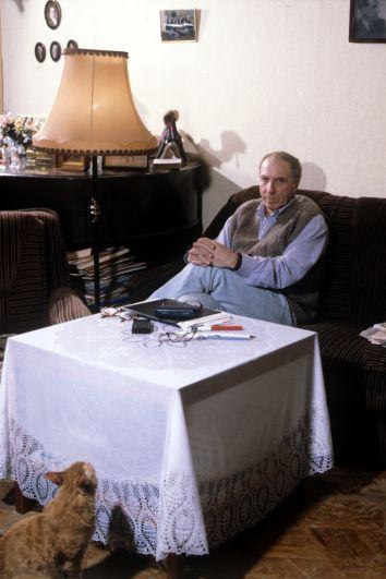 Сергей Юрский у себя дома. 1996 год.