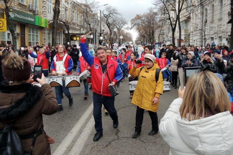 Впереди праздничной колонны шло множество людей, снимавших шествие на мобильные телефоны и камеры.