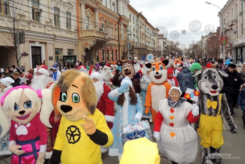 В параде участвовали герои разных сказок и мультфильмов.