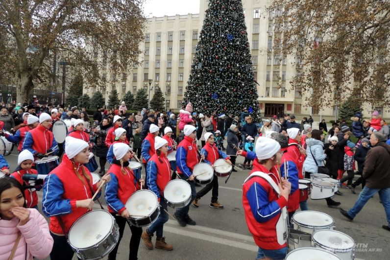 Участники шествия проходят мимо ёлки, установленной напротив здания администрации края.