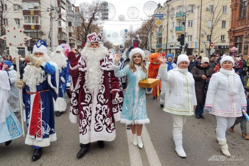Деды Морозы и Снегурочки идут по улице Красной.