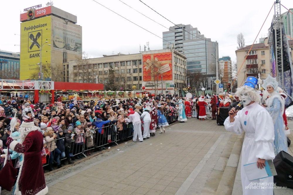 Кульминацией праздника стала команда Деда Мороза зажечь главную краснодарскую ёлку.