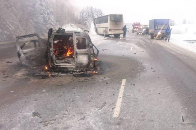 Два человека погибли при столкновении машины и автобуса.