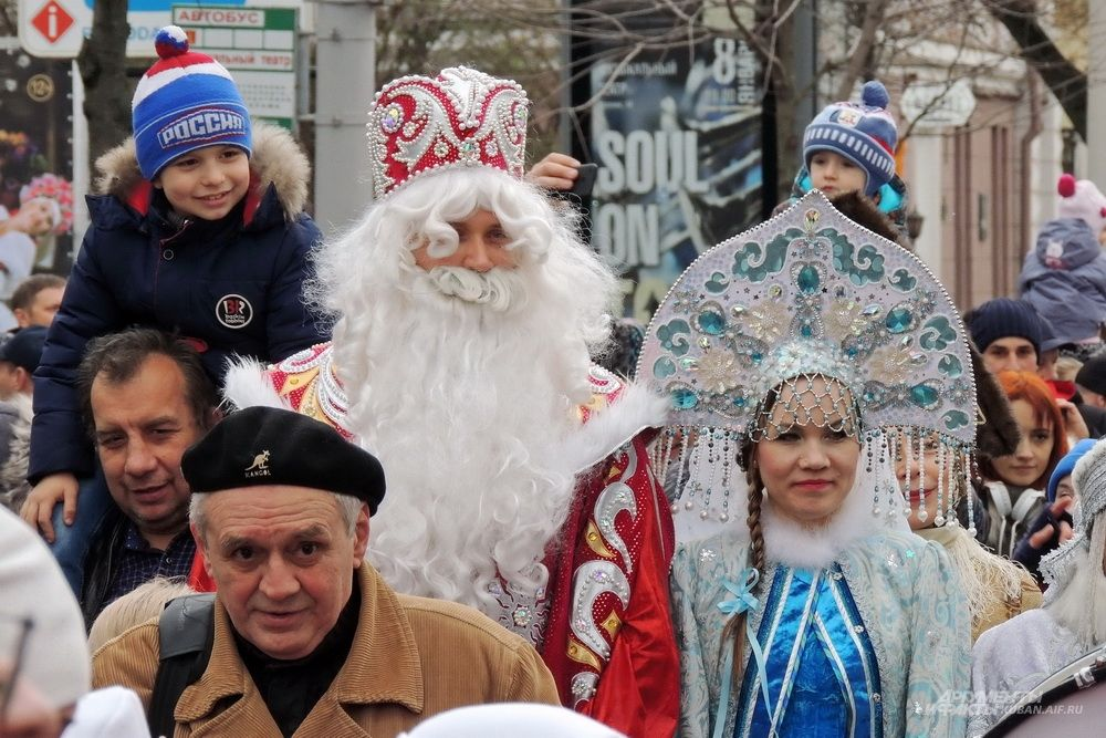 Дед Мороз со Снегурочкой.