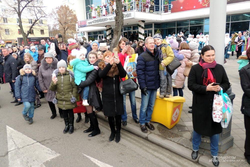 Посмотреть на парад пришло много людей.