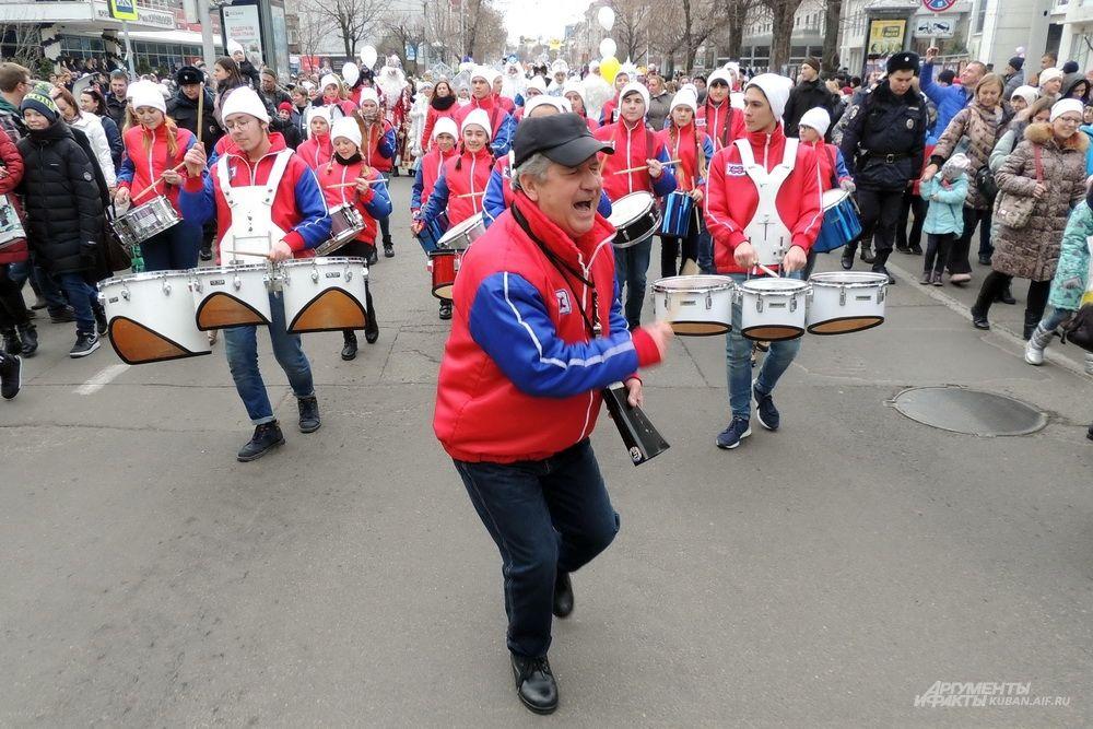 Руководитель оркестра Павел Мараров задавал ритм с помощью свистка и бодрых движений.