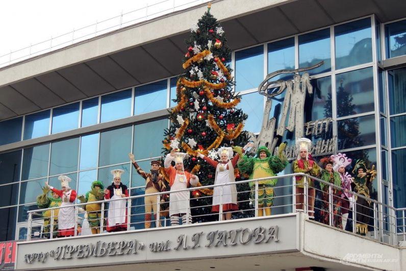На пути следования Дедов Морозов и Снегурочек работали две концертные площадки - у Музыкального театра и филармонии.