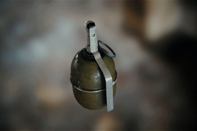 В Павлограде мужчина бросил гранату РГД-5 в отделение Ощадбанка. В результате взрыва были повреждены витрины офиса. Никто не пострадал.