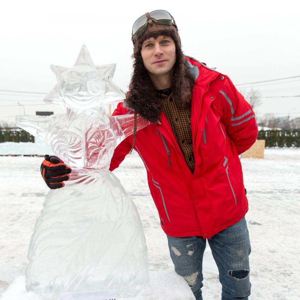 Роман Курцын творчески подошёл к заданию и изобразил снежную бабу с лицом в виде солнца, потому что именно солнца не хватает нам холодной зимой.