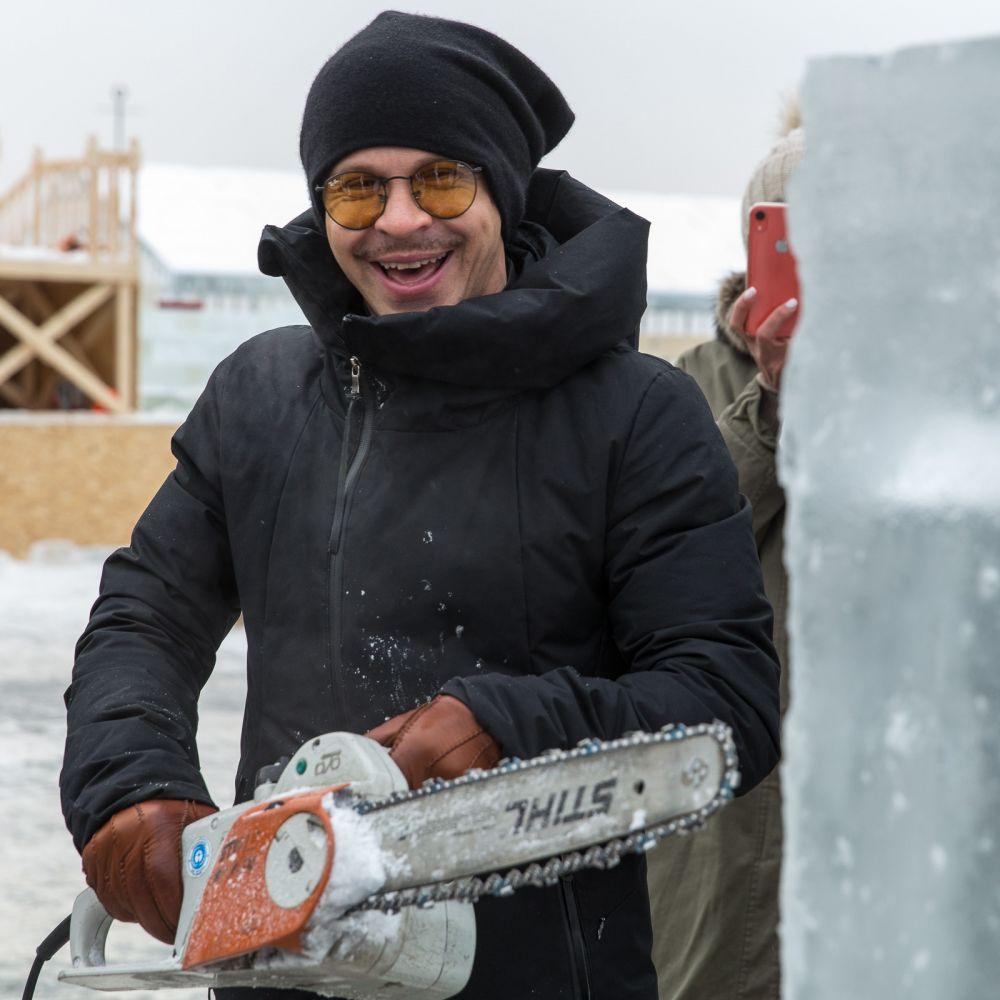 Позднее всех приступил к работе Павед Деревянко и хоть времени у него было немного, он успел вырезать ледовый Оскар.
