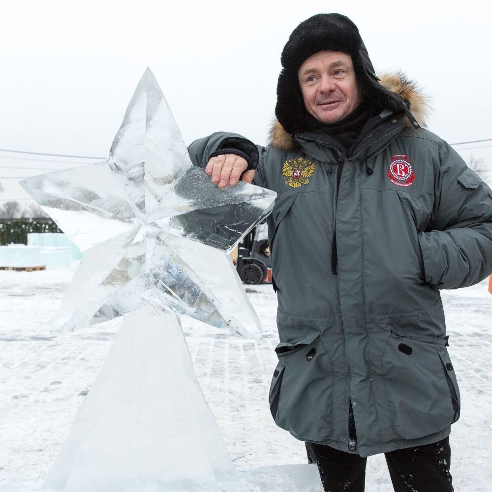Владимир Сычёв одним из первых приступил к работе и изобразил главный символ Московского Кремля – красную звезду.