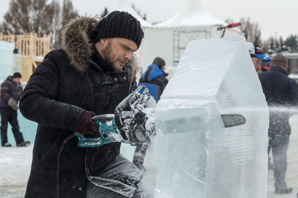 Алексей Чадов вырезал изо льда револьвер, а его брат Андрей — кольцо с огромным бриллиантом.