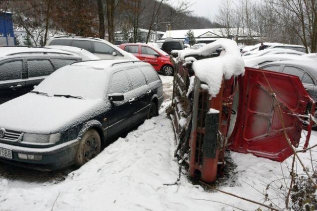 Возле границы с Украиной в словацком селе Убля владельцы массово бросают авто с иностранными номерами.