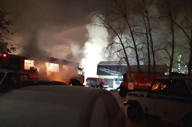 В Тюмени СТО на улице Одесской тушили более 30 пожарных