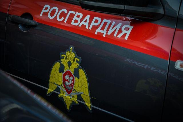В Калининградской области четверо мужчин напали на сотрудников Росгвардии.