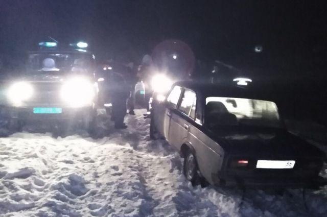 Под Оренбургом полицейские обогрели пассажиров забуксовавшей машины.