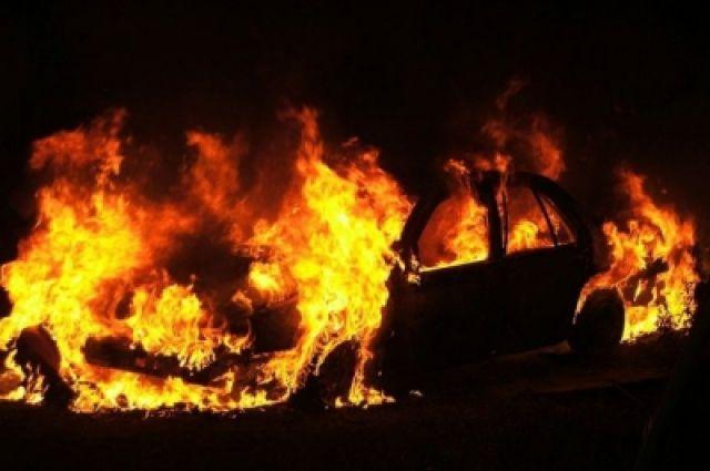 Молодой человек облил машину горючим и поджёг.