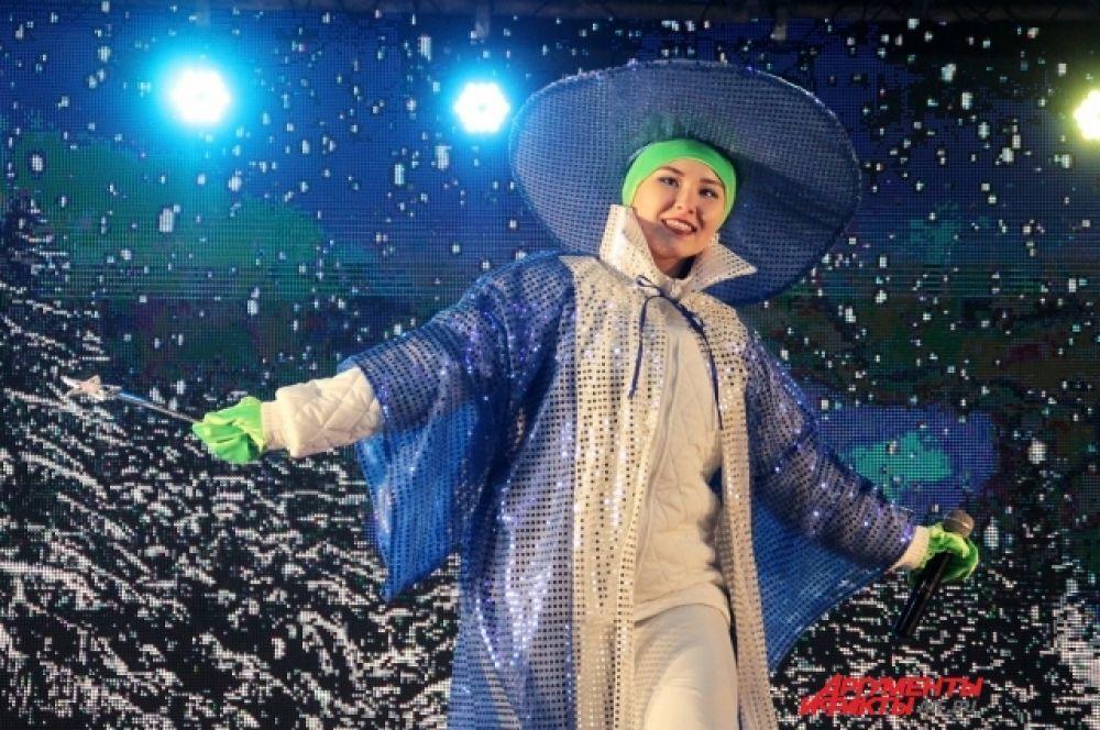 Городской праздник, интерактивные конкурсы и творческие номера посвятили сказкам и предстоящему году театра в России.