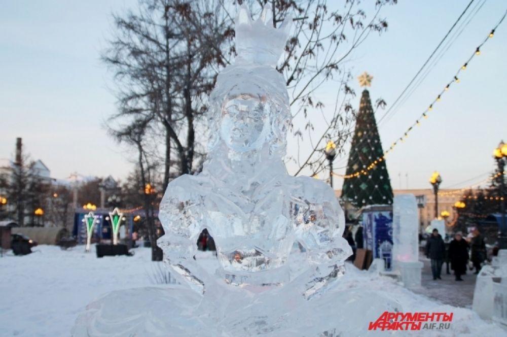 В сквере разместили более двадцати ледяных фигур различных персонажей и элементов оформления, в том числе входных групп, горок, трона и лабиринта.
