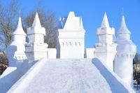 Детские рисунки стали прообразом снежного городка.
