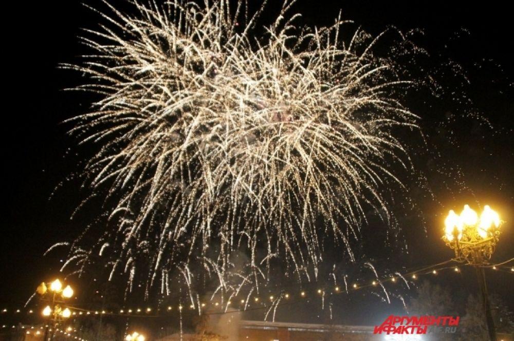 По традиции в честь открытия главной новогодней ёлки Иркутска состоялся красочный фейерверк.
