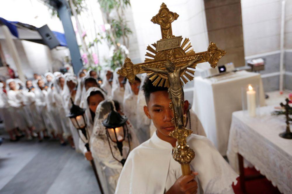Празднование Рождества в соборе Джакарты в Индонезии.