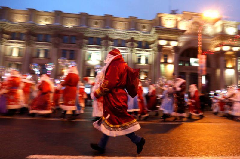 Шествие в канун Рождества в центре Минска, Белоруссия.