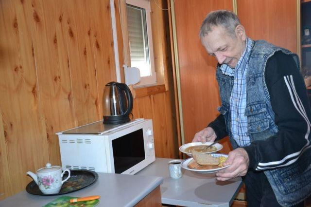 Пенсионер Иван Жаворонок смени гараж на тёплый центр социальной помощи.