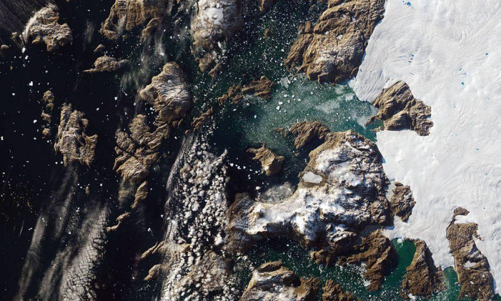 Айсберг весом 11 миллионов тонн, приплывший к побережью рядом с небольшой деревней Иннаарсуит на северо-западе Гренландии.