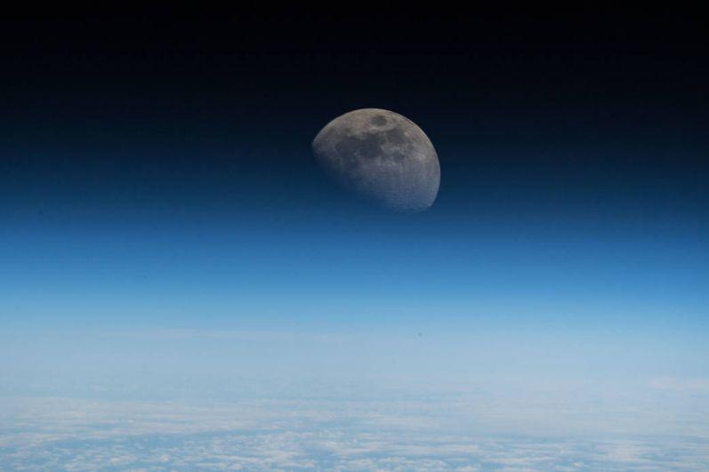 Вид на Луну с Международной космической станции.