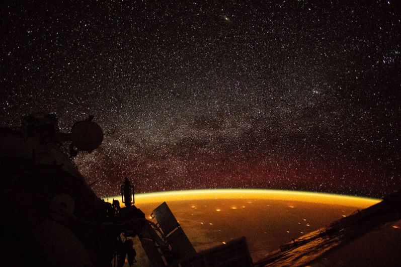 Свечение неба над горизонтом. Благодаря этому оптическому феномену ночное небо над Землей никогда не будет полностью темным, даже если исключить свет звезд и Солнца.