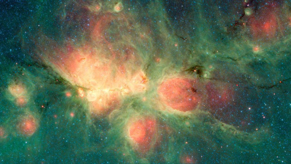 Туманность Кошачья лапа в созвездии Скорпиона. Снимок сделан с помощью телескопа «Спитцер», способного получать изображение сквозь плотные облака газа и пыли.