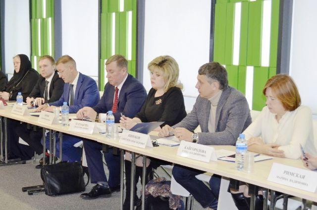 Алла Бурлакова (третья справа) стала председателем Общественной палаты Ивановского региона.