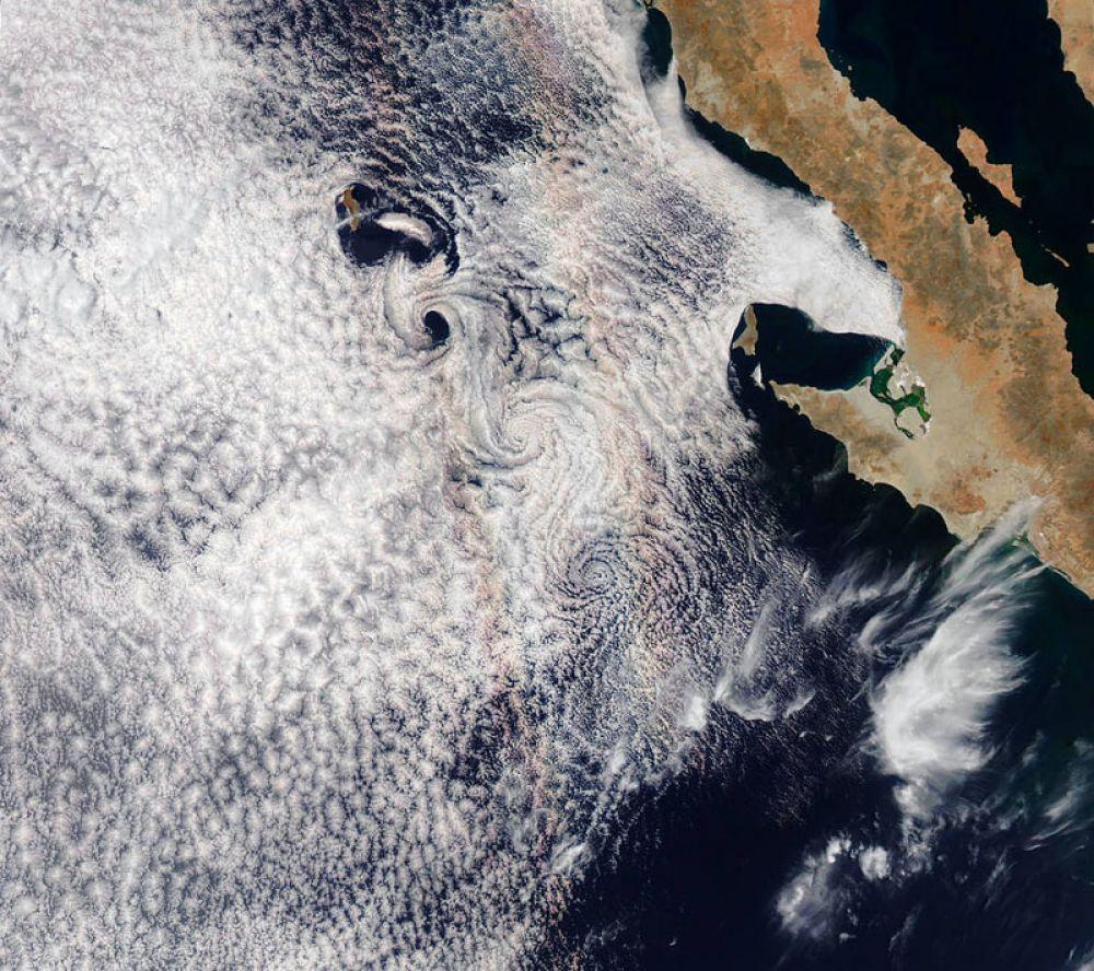 Радуга над островом Гуадалупе в Тихом океане.