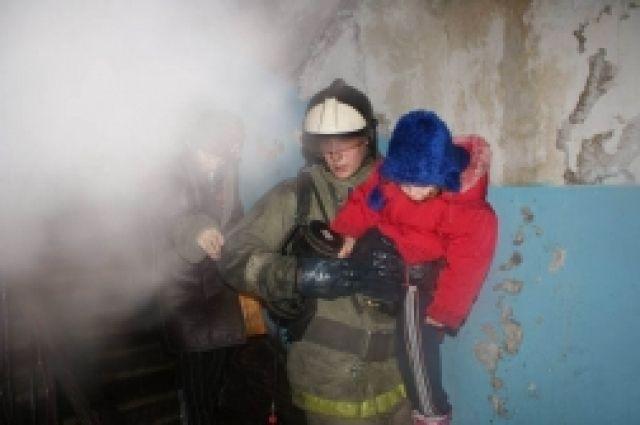 Пожарные вынесли из горящего дома двое детей.