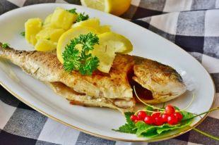 Для сохранения здоровья сердца и сосудов на стол лучше поставить свежие овощи и фрукты, рыбу.