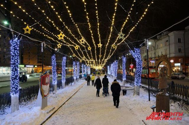 Комсомольский проспект в этом году украсили гирляндами от ул. Ленина до Соборной площади.