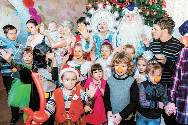После праздника все дети получили подарки. В коробке были не только сладости и мандарины, но и новогодняя игрушка-раскраска и тёплые варежки.