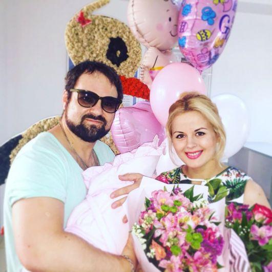 Эдуард Приступа, более известный как Диля, может считать 2018 год удачным. Во-первых, он окончательно излечился от рака, а во-вторых, его супруга Яна родила ему долгожданную дочь Даяну.