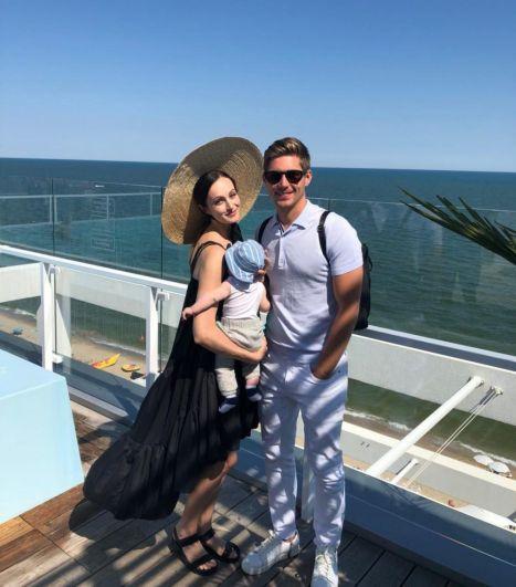 Телеведущий Владимир Остапчук стал отцом во второй раз - его супруга Елена подарила ему сына - Эвана Александра, который родился в Канаде. В Канаде также долгое время живет и семья телеведущего.